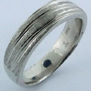 14 KW Men's polished pipestyle comfort fit band with textured diagonal grooves, 6mm wide.