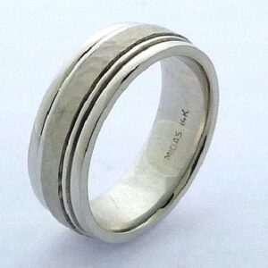 14K White gold men's 7.5mm band with stainless hammered centre and stripe detail.