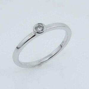 10KW bezel set diamond lady's ring, 0.09ct, J/K, SI2
