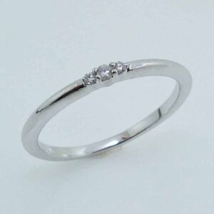 10KR Fashion diamond band claw set with 3 round brilliant cut diamonds, 0.04cttw, H/I, SI2/I1.